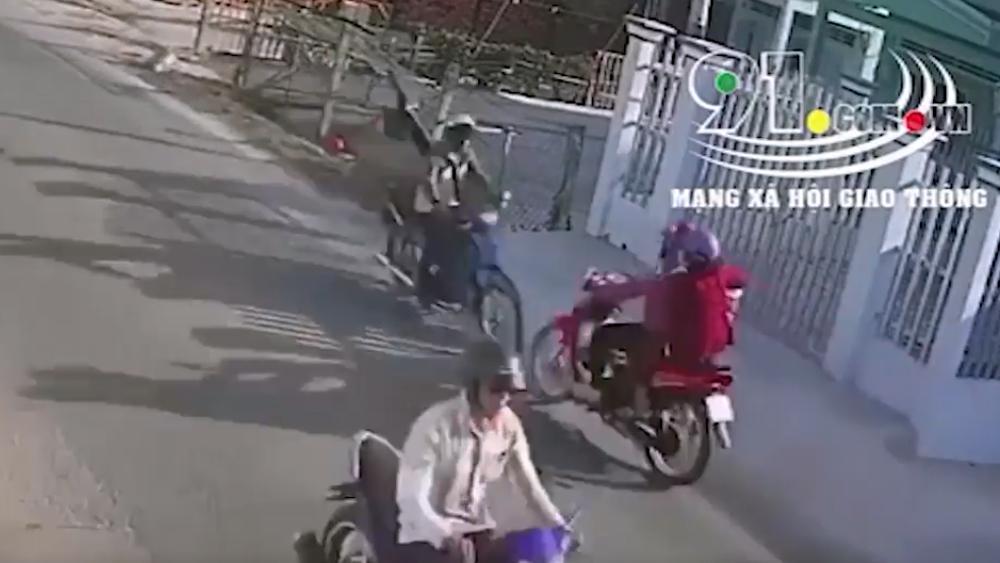 Người đàn ông chạy ngược đường, 2 xe máy đâm trực diện vỡ tung
